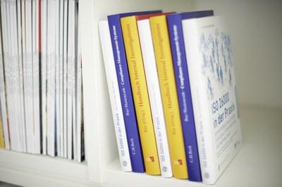 Bücher stehend